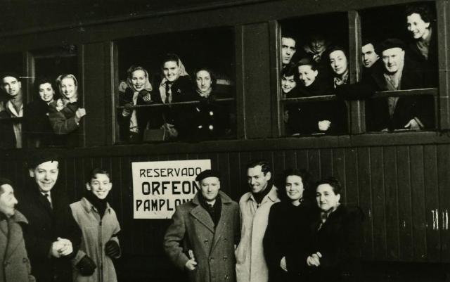 Gregorio, a la izquierda, asomado a la ventanilla del tren